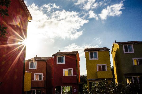 가을아침 찬바람속에서 알록달록한 집들사이로 비쳐드는 아침햇살의 따스함을 느껴본다.