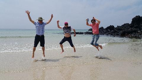 대학 친구 부부들과 졸업 후 처음 제주여행 중 이 해변에서 옷 입은채 물놀이로 즐거운 한때를 보냄