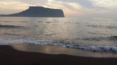 성산일출봉에서만 일출을 볼 수 있다고 생각하시죠<br>성산일출봉 옆 광치기해변에서 보는 일출 또한 멋진 광경을 볼 수 있어요.<br>쓸물때는 해변의 아름다운 물이끼를 함께 볼 수있는 <br>정말 숨은 추억의 장소입니다.