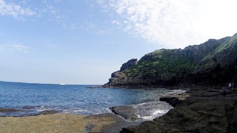 #제주를 자주 방문했는데 #용머리해안 은 처음 가본 날이었어요 왜 이제야 갔나 싶게 너무나도 멋졌던곳!! #산방산을 배경으로 예쁜 사진도 찍을수 있고 제주 바다를 제대로 느낄수 있는곳이에요!