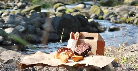 Spring picnic with a basket of bread <Bakery Tour in Seogwipo, the Mecca for Bread Lovers> 대표이미지