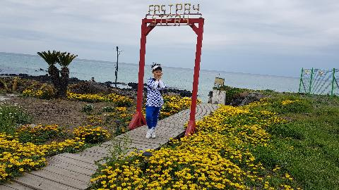 9살 아들 생일기념으로 제주여행을 다녀왔습니다. 아침 일찍 일어나 한담해안산책로에 갔습니다. 산책 후에 카페에 들어가 바다를 보며 차를 마시고, 아이는 이쁜 꽃들이 있는 곳에서 사진도 찍고, 바닷가로 내려가 보말을 잡으며 즐거운시간을 보내고 왔습니다^^  #제주의봄 #한담해안산책로 #아들생일기념여행