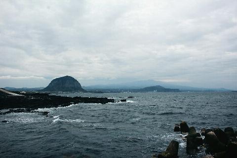 마라도에 다녀왔어요! 천천히 걸어도 1시간이면 돌아볼 수 있는 섬이라 온 가족이 함께 방문하기 좋아요. 3대가 함께 여행 오신 분들도 여러 팀 보였어요. ^-^ 라도 자체도 멋있지만  배 안에서 보는 한라산, 산방산, 송악산도 빼놓을 수 없어요.