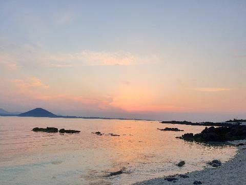 일몰이 제일 아름답다는 우도 낮에 사람들로 가득한 우도는 마지막 배가 떠나고 나면 동그랗고 핑크빛의 해가 지는동안 몇몇  우도에 남은 사람들은 30여분동안 조용한 해변에서 해가 지는 모습만 보는것만으로  감동적인 영화한편을 보는 것보다 더 한 감동을 느낍니다.  첫배가 들어오기전 밀물과 바람으로 가득한 해변은 전날 저녁과는 다른 모습입니다.