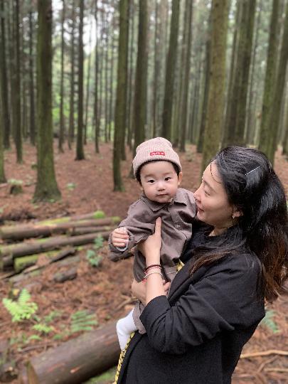 """10개월된 아들과 첫 제주 여행~ 제주도 오기전부터 엄마가 오고 싶어했던 """"사려니숲길"""" 둘이서 여행할때는 생각만했던곳을 아들과함께와보니 정말좋았고,요즘 미세먼지다해서 숲향기를 먹고싶었던나ㅋ 아들에게 숲향기를 맞게해주고싶었고, 오길정말잘했다,나의탁월한선택✌️ 당시 비가와서 걱정을 많이했는데,비가오면서 사진을찍었는데 캬~~~~ 그또한 너무 좋았다 ~정말운치도있고,사진이 정말 깨끗하게도 나왔고,느낌이너무 사믓달라서 너무 좋았다ㅋ 요번에 여름에와서 느껴봤지만 다음에올때는 다른 계절 또한 느껴보고싶다"""