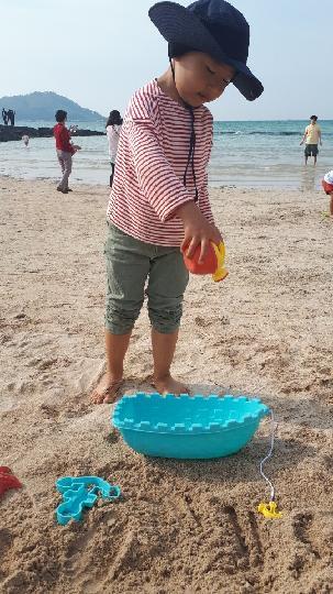 5월 때이른 여름 날씨에 조카와 함께 모래놀이! 비양도를 배경으로한 아름다운 에메랄드빛을 자랑하는 협재해수욕장 모래밭에서 즐거운 시간을 보냈어요!