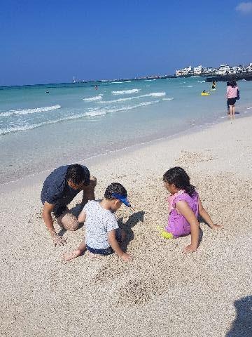 추석연휴기간동안 제주도 가족여행을 다녀왔습니다 3일 있는동안 날씨가 너무좋아서 이쁜 해변에서 소라게도 잡고 조개도 잡고 아이들이 좋아해서 바닷가에서 실컷놀았습니다. 역시 제주 바다색깔은 에메랄드빛으로 너무 이뻤습니다.