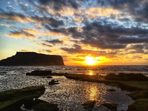 광치기해변에서 만난 생에 첫 일출 두 번째 사진은 제주에 한 달 살기 중이시라는 사진작가님께서 찍어주신 멋진 작품입니다. 감사드립니다.