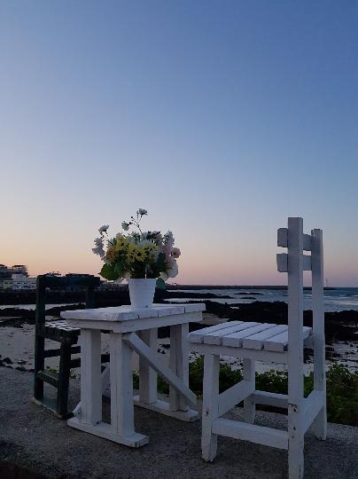 가족과 제주여행 중 잊지못할 추억들 선물해준 세화 해변입니다^^ 낮에는 아이가 모래놀이하고 게 등 작은 동물들을 잡으며 놀고 저녁에는 물끄러미 석양을 바라보며 앉아있었어요^^