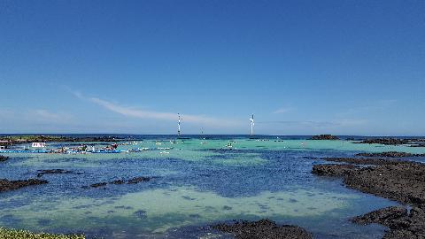 지난 늦여름 제주 월정리 바다에서 스노클링을 즐겼습니다. 월정리 바다는 처음 본 수간 '아니, 우리나라에도 이런 바다가 이썽ㅆ다니!' 싶더라고요. 물속으로 들어가니 수족관이 따로 없던! 한여름의 에메랄드빛 제주, 정말 좋았어요.
