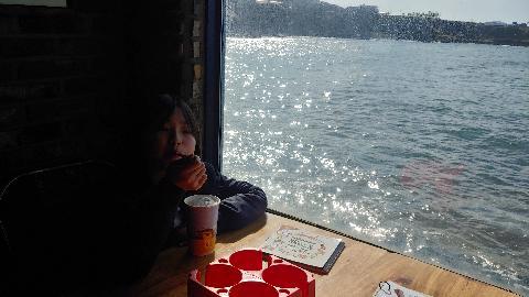 6년만에  다시 찾은  카페 파란하늘과 바다가  너무 예쁜 장소입니다.^^ 딸아이와 예쁜 추억  만들었습니다.